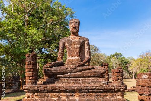 Fotografia  Sitting Buddha statue at Wat Sing temple in Kamphaeng Phet Historical Park, UNES