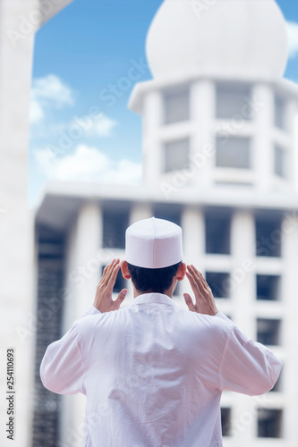 Muslim man doing azan in the mosque Tablou Canvas