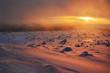 piękny zachód słońca w górach, śnieżna zima