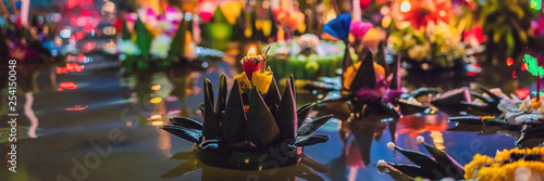 Fotografía  Loy Krathong festival, People buy flowers and candle to light and float on water