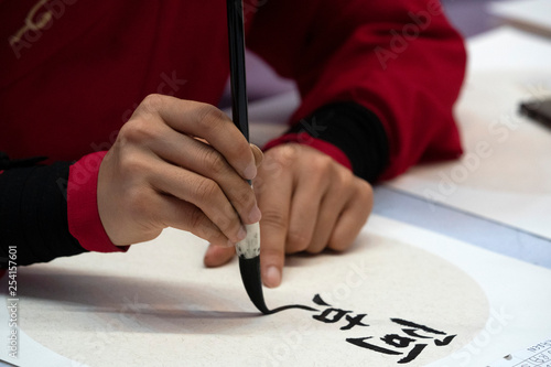 Fotografía  japanese woman writing ideograms with brush