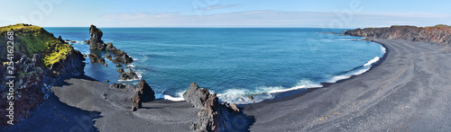 Photo  Panoramic view at Djupalonssandur bay and beach situated on foot of Snaefellsnes peninsula in Western Iceland