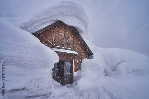 Photo Wooden house at Hakkoda ropeway in Mount Tamoyachi with snowy time at Aomori, Japan
