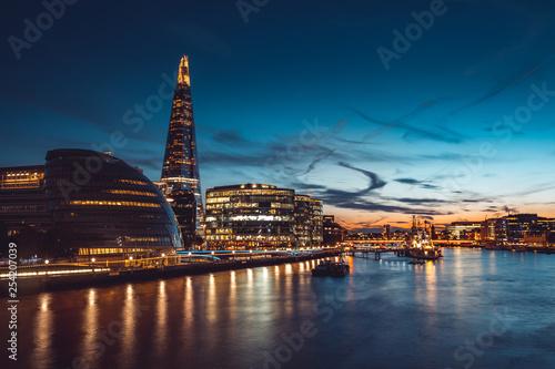 Foto op Plexiglas Londen Banks of river Thames in London after sunrise