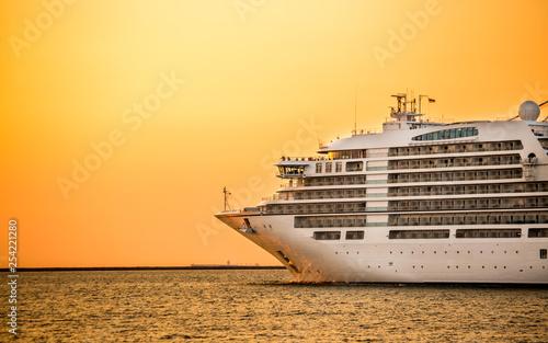 Obraz na płótnie cruise liner ship with sunset