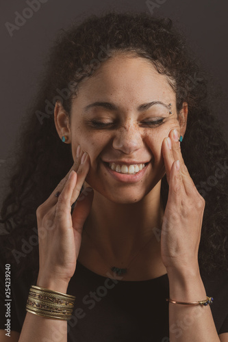 Foto  Pretty Mixed Race WomanRubbing her Cheeks