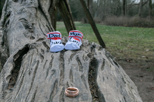 Fotografía  Babyschuhe mit Eheringen