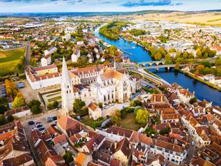 Widok z lotu ptaka sławny stary miasteczko Auxerre z rzeką w Francja