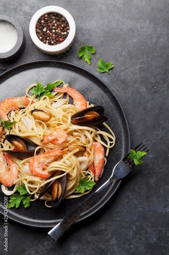 Foto op Plexiglas Europa Spaghetti seafood pasta with clams and prawns