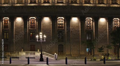 fasada-domu-w-nocy