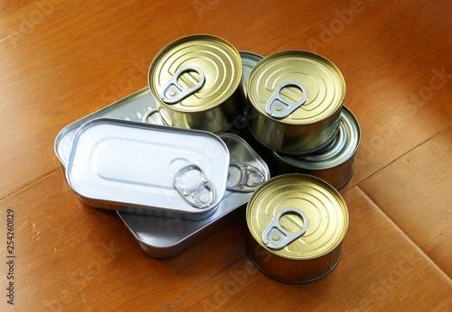 Fotografía  Bodegón de latas de conservas.