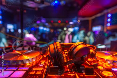 Fotografie, Obraz  auriculares dj sobre mesa de mezclas platos fiesta