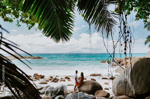 Fotografia  happy couple relax on beach