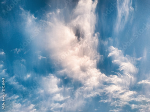 Photo  cloudscape with white altocumulus clouds at evening