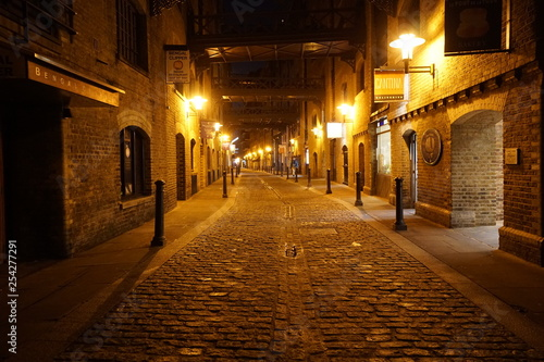 Foto auf AluDibond Schmale Gasse London at Night Near Tower Bridge
