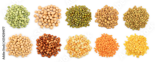 Fotografia mix legumes isolated on white background. Top view. Flat lay