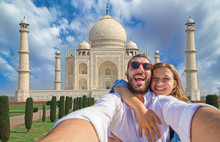 Tourism In India. Handsome Couple In Love In Holiday Using Mobile Phone To Take Selfie Picture At Taj Mahal, Agra, Uttar Pradesh, India