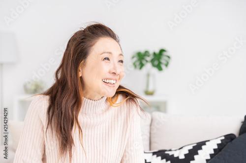 Fotografia  部屋でリラックスするシニア女性