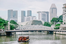 Singapore - NOV 22, 2018: River Tour Boats With Tourists Are Approaching Historical Suspension Cavenagh Bridge Over The Singapore River In Singapore.