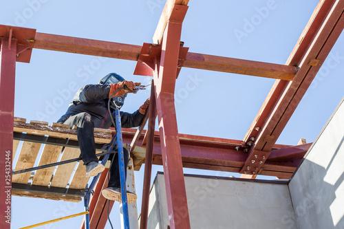 Fotografía  Welder working at height