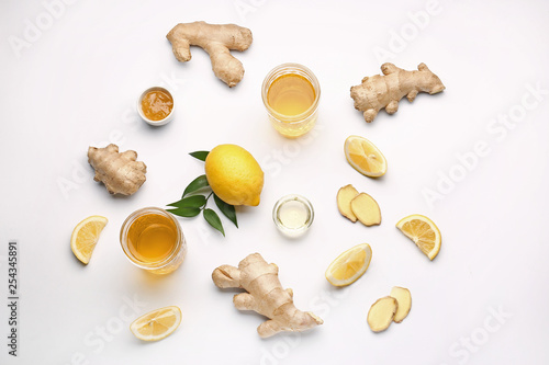 Carta da parati Glasses of healthy drink with ginger and lemon on white background