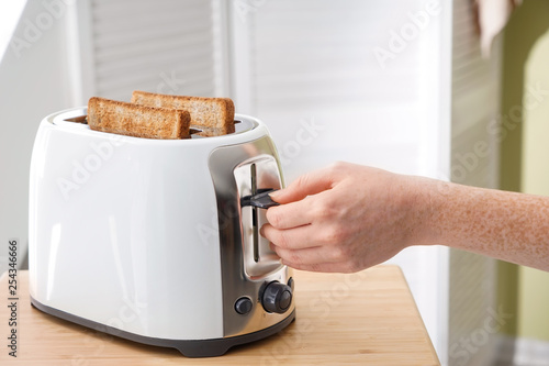 Photo Woman making toasts for breakfast