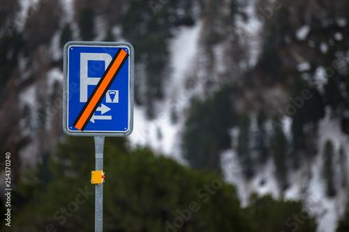 Fotografía  Parkverbot im Winter. Hinweisschild in den Berge.