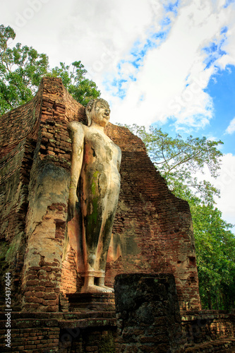 Foto  Big Buddha statue at the ruins in Kamphaeng Phet Historical Park In Thailand, Buddha statue, Old Town,Tourism, World Heritage Site, Civilization,UNESCO