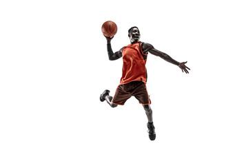 Cijeli portret košarkaša s loptom izoliranom na bijeloj pozadini studija. koncept oglašavanja. Fit afroamerički sportaš koji skače s loptom. Pokret, aktivnost, koncepti pokreta.