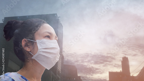 Photographie  women wearing facial hygienic mask for Safety outdoor