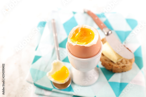 Fotografía  soft boiled egg, toast with butter