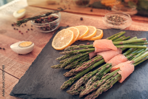 Fotografía  bunches of asparagus wrapped in salmon with spices