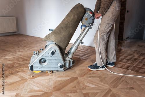Obraz professional master grinding a parquet - fototapety do salonu