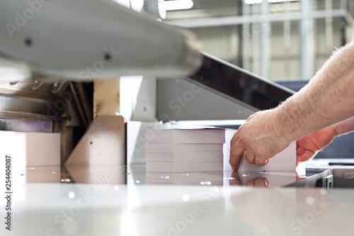 Fototapeta Gilotyna do cięcia papieru. Drukarnia obraz