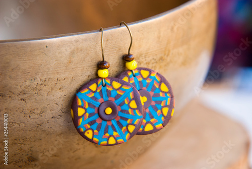 La pose en embrasure Style Boho Bright african tribal earrings. Handmade jewelry background in boho style.