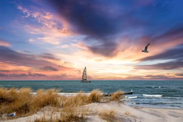 Panel Szklany Do sypialni Sonnenuntzergang über der Ostsee mit Segelboot