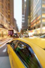 Żółta taksówka nocą przyspiesza w Nowym Jorku