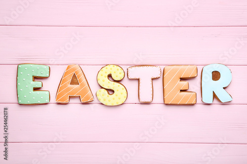 Fotografía  Word Easter by gingerbread cookies on pink wooden table
