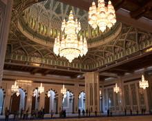 Innenraum Der Sultan-Qabus-Moschee Mit Riesigen Kronleuchtern