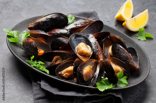 Fotografiet Delicious mussels with tomato sauce and parsley