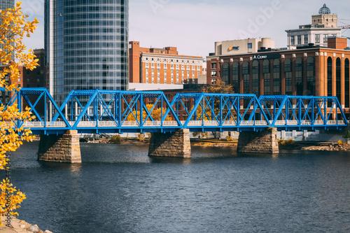 Foto auf Gartenposter Wasserfalle Blue Bridge Grand Rapids