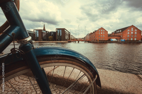 Photo  River and cityscape with old buildings and parked bicycle in Copenhagen, Denmark