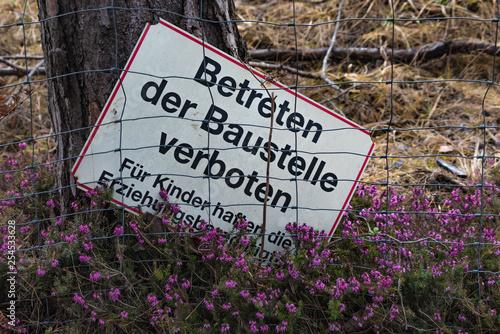 Fotografía  Verbotsschild Baustelle Erika Blüte Drahtzaun