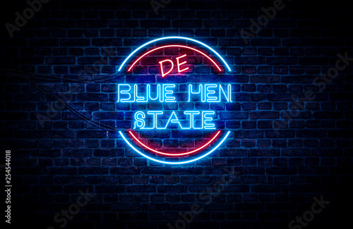 Fotografía  A sign showing Delaware state slogan, in blue and red neon light on a brick wall background and wires on the side