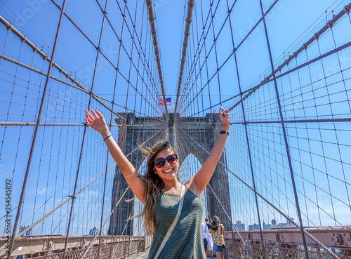 Obraz Happy Girl at the Brooklyn Bridge, New York - fototapety do salonu