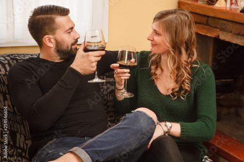 Fotografia, Obraz  coppia che parla con calici di vino in mano