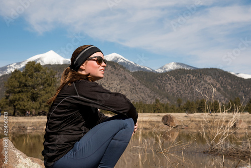 Photo  Female athlete enjoying the view with mountain peaks in the distance on a winter