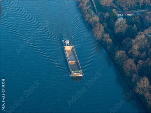 Fotografia  vue aérienne d'une péniche sur la Seine aux Mureaux dans les Yvelines en France