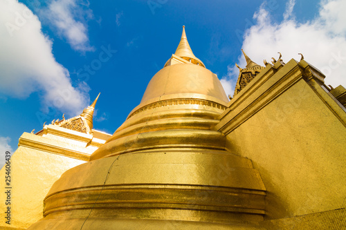 Foto  Golden pagoda building of grand palace temple