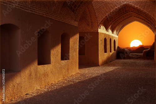 In de dag Bruin Iran. Neighborhood Yazd. Towers of silence. Sunset on the background of traditional architecture.